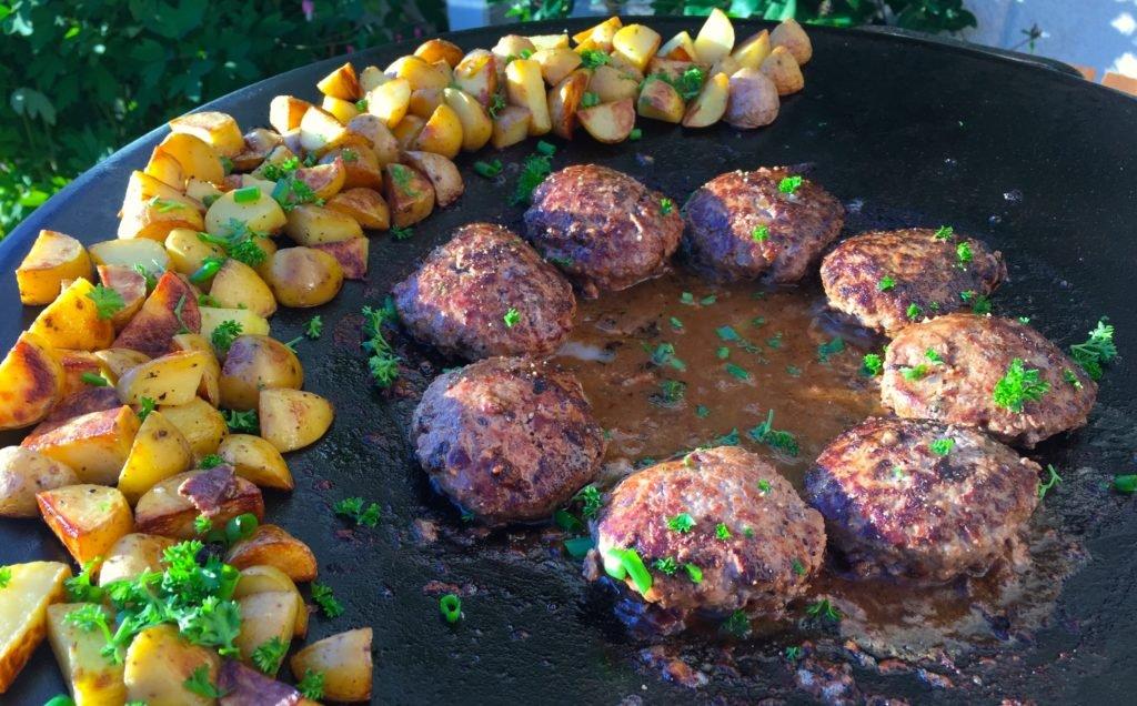 Råstekt potatis går klart på indirekt värme medan biffar och sås reder sig i mittzonen.